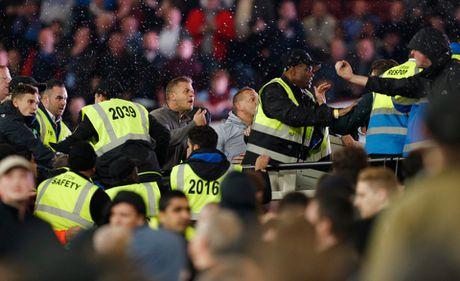 West Ham chien thang Chelsea trong tran cau nhuom mau bao luc - Anh 15
