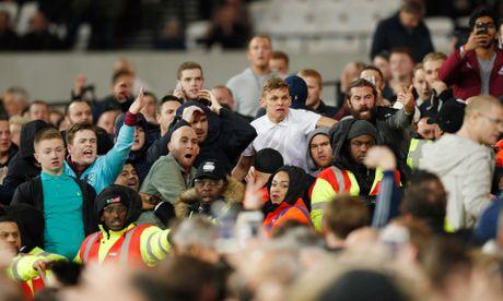 West Ham chien thang Chelsea trong tran cau nhuom mau bao luc - Anh 16