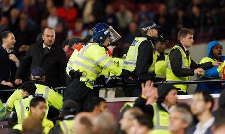 West Ham chien thang Chelsea trong tran cau nhuom mau bao luc - Anh 17
