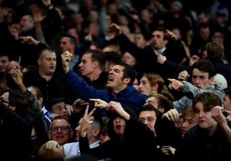 West Ham chien thang Chelsea trong tran cau nhuom mau bao luc - Anh 18