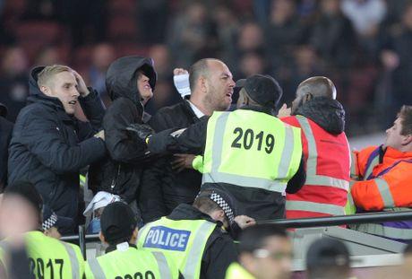 West Ham chien thang Chelsea trong tran cau nhuom mau bao luc - Anh 4