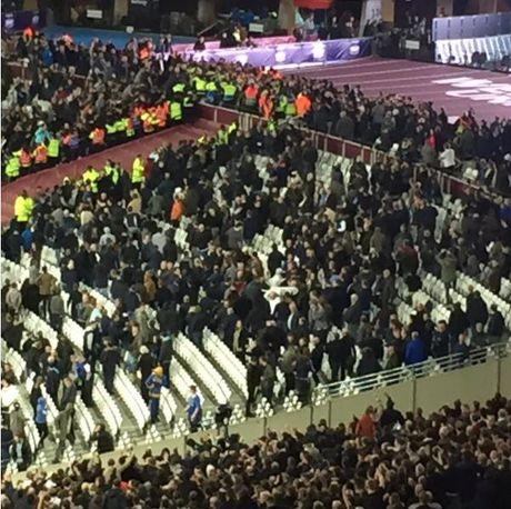 West Ham chien thang Chelsea trong tran cau nhuom mau bao luc - Anh 6