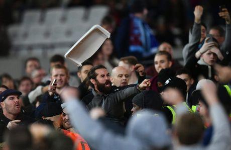 West Ham chien thang Chelsea trong tran cau nhuom mau bao luc - Anh 8