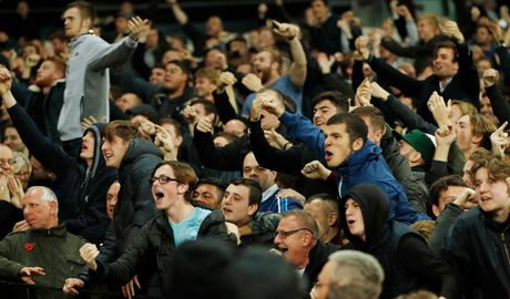 West Ham chien thang Chelsea trong tran cau nhuom mau bao luc - Anh 9