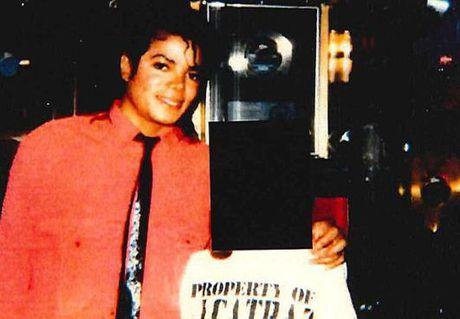 Huyen thoai Michael Jackson lai bi to cao cuong dam tre em - Anh 2