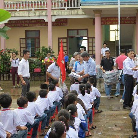 Cat Tuong ung ho 250 trieu dong cho hoc sinh hai truong THCS tai Quang Binh - Anh 1