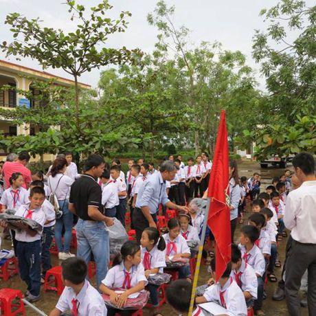 Cat Tuong ung ho 250 trieu dong cho hoc sinh hai truong THCS tai Quang Binh - Anh 2