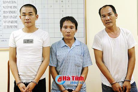 Cong an Ha Tinh di ly 3 doi tuong tron na ve quy an - Anh 1