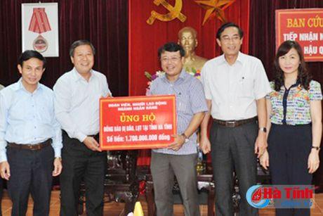 Cong doan Ngan hang Viet Nam ho tro nguoi dan vung lu 1,7 ty dong - Anh 1