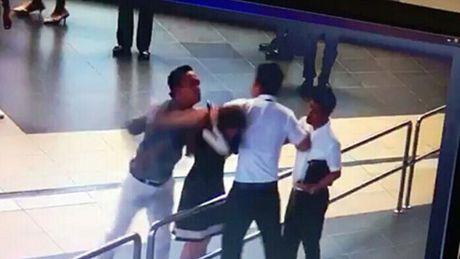 'Soai ca' giai cuu nu nhan vien Vietnam Airlines khong gay roi - Anh 1