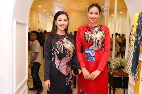Pham Huong, Chi Pu dam tham trong thiet ke ao dai tai trien lam - Anh 1
