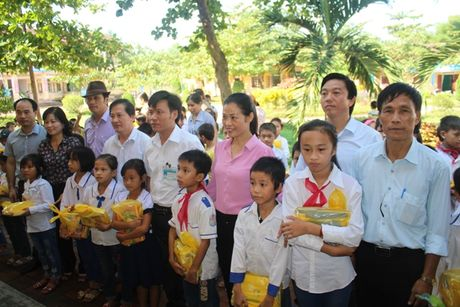Cong doan Tong Cty Giay Viet Nam trao 30.000 cuon vo cho hoc sinh vung lu Ha Tinh - Anh 1