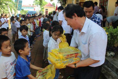 Cong doan Tong Cty Giay Viet Nam trao 30.000 cuon vo cho hoc sinh vung lu Ha Tinh - Anh 2