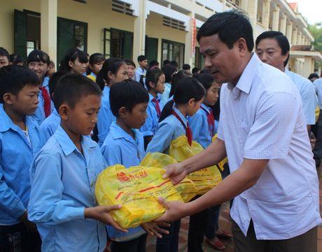 Cong doan Tong Cty Giay Viet Nam trao 30.000 cuon vo cho hoc sinh vung lu Ha Tinh - Anh 3