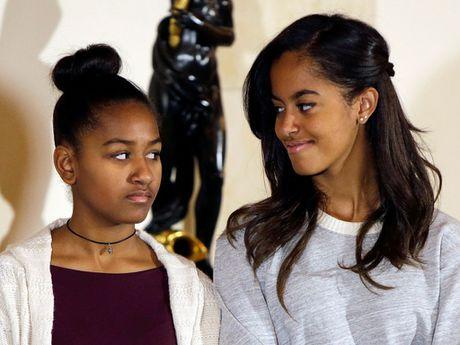 Tong thong My Obama bi con gai Sasha choc que tren mang - Anh 2