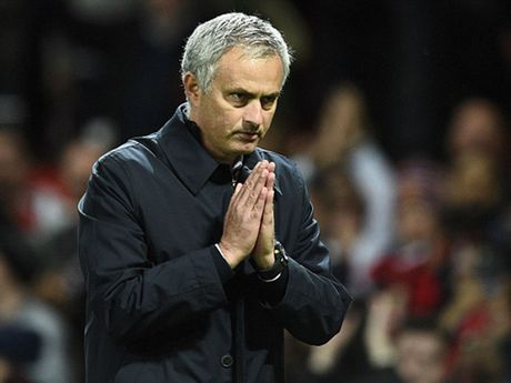 Mourinho chap tay xin loi mong duoc CDV MU tha thu - Anh 1