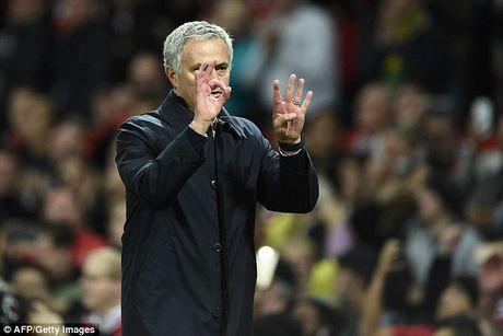 Mourinho chap tay xin loi mong duoc CDV MU tha thu - Anh 2