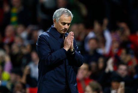 Mourinho chap tay vai xin loi co dong vien - Anh 2