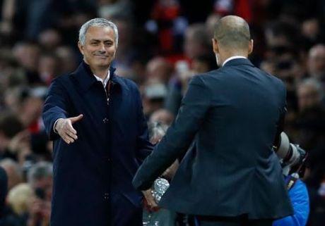 Mourinho chap tay vai xin loi co dong vien - Anh 5