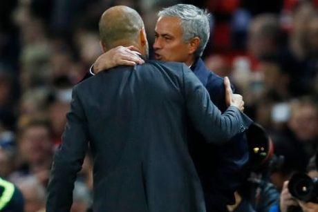 Mourinho chap tay vai xin loi co dong vien - Anh 6