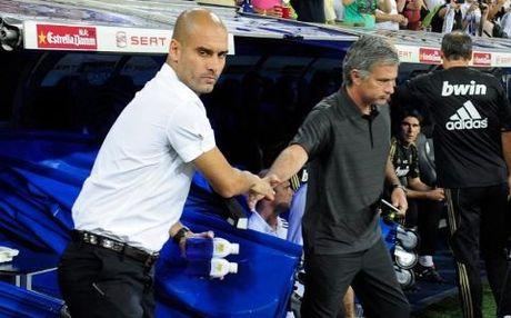 Mourinho chap tay vai xin loi co dong vien - Anh 8