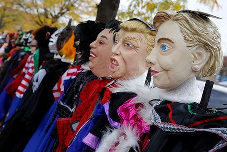 Mat na Trump hut khach hon Clinton dip Halloween - Anh 1