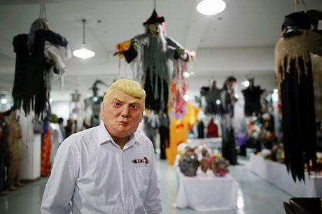 Mat na Trump hut khach hon Clinton dip Halloween - Anh 2