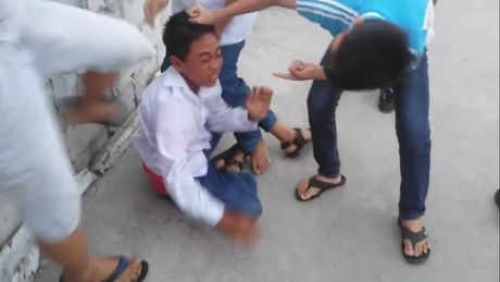 Bi danh hoi dong, tieu tien len dau vi khong nop 5.000 dong - Anh 1