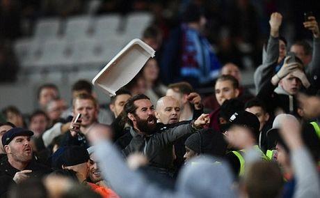 West Ham 2-1 Chelsea: Chien thang cua West Ham bi che mo boi canh CDV danh nhau - Anh 10