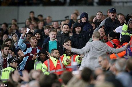 West Ham 2-1 Chelsea: Chien thang cua West Ham bi che mo boi canh CDV danh nhau - Anh 5