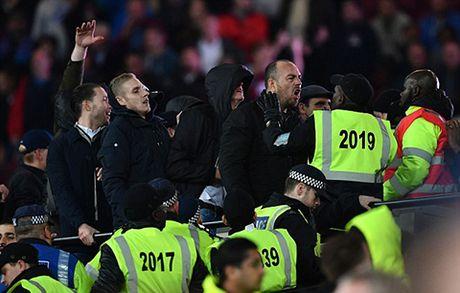 West Ham 2-1 Chelsea: Chien thang cua West Ham bi che mo boi canh CDV danh nhau - Anh 6