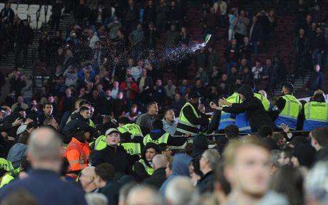 West Ham 2-1 Chelsea: Chien thang cua West Ham bi che mo boi canh CDV danh nhau - Anh 7