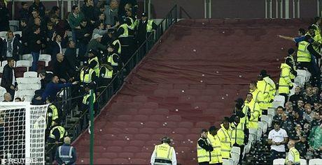 West Ham 2-1 Chelsea: Chien thang cua West Ham bi che mo boi canh CDV danh nhau - Anh 8