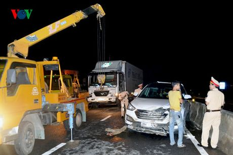 Quang Tri: 3 xe o to bep dum sau tai nan lien hoan - Anh 1