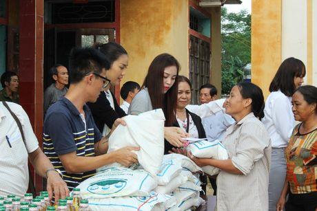 Lan Khue va Mai Ngo gian di di trao qua cho ba con vung lu - Anh 2