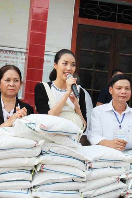 Lan Khue va Mai Ngo gian di di trao qua cho ba con vung lu - Anh 3