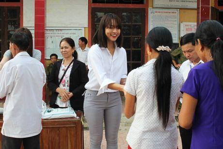 Lan Khue va Mai Ngo gian di di trao qua cho ba con vung lu - Anh 4