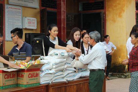 Lan Khue va Mai Ngo gian di di trao qua cho ba con vung lu - Anh 5