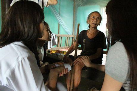 Lan Khue va Mai Ngo gian di di trao qua cho ba con vung lu - Anh 7