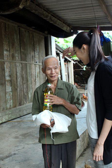 Lan Khue va Mai Ngo gian di di trao qua cho ba con vung lu - Anh 8