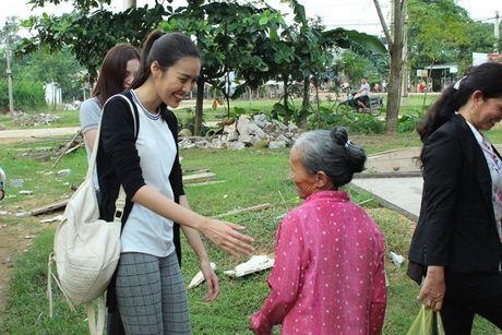 Lan Khue va Mai Ngo gian di di trao qua cho ba con vung lu - Anh 9