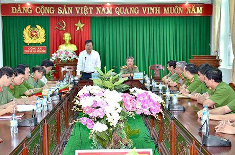 Bo truong khen, Chu tich tinh 'thuong nong' luc luong pha an - Anh 1