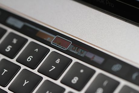 Anh thuc te Macbook Pro moi voi thanh Touch Bar cam ung - Anh 6