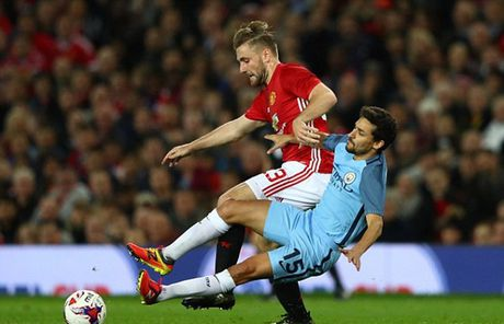 Luke Shaw bay to thai do khi bi Mourinho 'tram' - Anh 1