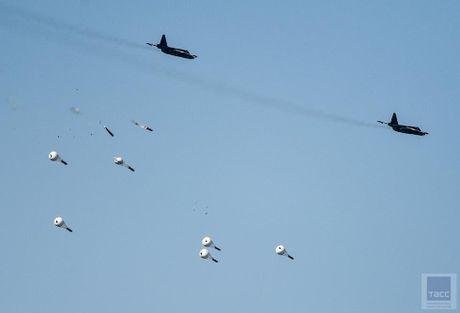 Hai hung canh cuong kich Su-25 nem bom chum huy diet - Anh 1