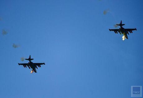 Hai hung canh cuong kich Su-25 nem bom chum huy diet - Anh 9