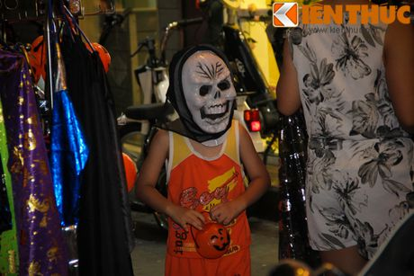 Nguoi gia, thanh nien, tre em... don Halloween som tren pho Hang Ma - Anh 1