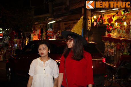 Nguoi gia, thanh nien, tre em... don Halloween som tren pho Hang Ma - Anh 2