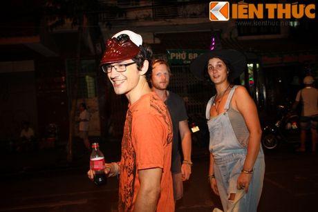 Nguoi gia, thanh nien, tre em... don Halloween som tren pho Hang Ma - Anh 3