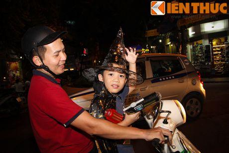 Nguoi gia, thanh nien, tre em... don Halloween som tren pho Hang Ma - Anh 4